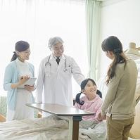入院している娘に付き添う母親と医者と看護師