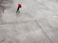 傘をさす男