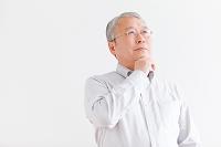 考え事をする中高年日本人男性