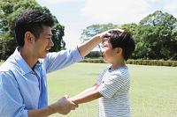 頭を撫でる父親と息子
