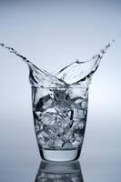グラスから飛び出す水しぶき
