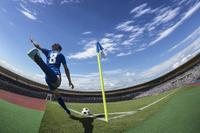 コーナーキックをするサッカー選手