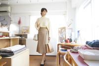ショッピングを楽しむ日本人女性