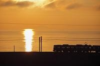 滋賀県 列車と琵琶湖