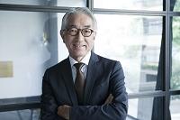 腕を組む笑顔の中高年日本人ビジネスマン