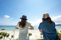奄美大島 海を眺める女性