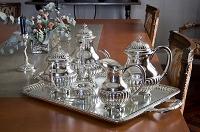 テーブルに置かれた銀食器