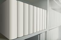白い本棚に白い本が並ぶ