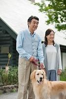 犬の散歩をする中高年夫婦