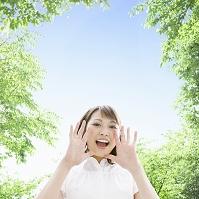 新緑の下で叫ぶ日本人女性