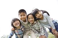 肩を組む日本人の子供達