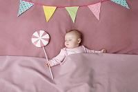 ベッドで寝ている女の赤ちゃん