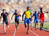 走る男性選手