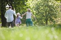 草原を歩く外国人家族