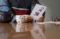 お正月に年賀状を読む日本人のシニア女性の手元