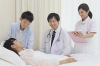 若い女性の入院患者の病室にて