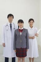 医師と看護師と医療の道を志す学生