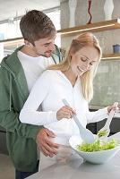 キッチンで寄り添う外国人カップル