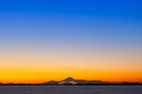 千葉県 舞浜から望む東京ゲートブリッジと富士山の夕景