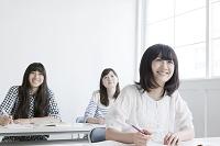 授業中の女性生徒