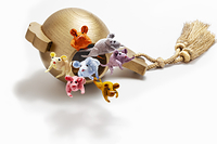金の打ち出の小槌から飛び出しているネズミたち