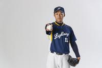 野球ボールを握る日本人投手