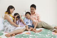 南国リゾートの旅行を楽しむ家族