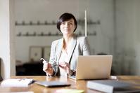 オフィスでデスクワークをする女性