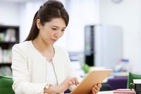 iPadを操作する日本人ビジネスウーマン