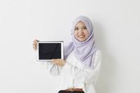 タブレットを持つムスリムの女性