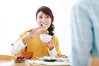 ご飯を食べる日本人女性