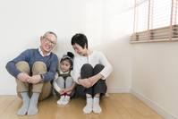寄り添って座る祖父母と孫