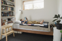 ベッドで本を読むハーフの子供