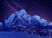 ノルウェー 雪山の下の漁村と星空