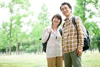 トレッキングをする中高年日本人夫婦