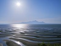 熊本県 有明海 光る海と干潟模様と雲仙岳と太陽 御輿来海岸