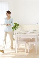 お皿を運ぶ若い日本人女性