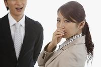 男性の口臭に鼻を押さえる若い日本人女性