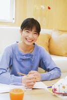 机で勉強する笑顔の女の子