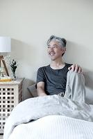 ベッドで微笑むミドル男性