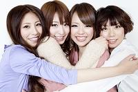 抱き合う日本人女性グループ