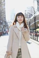 冬の街を歩く日本人女性
