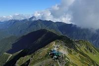 山梨県 北岳肩の小屋と甲斐駒ケ岳