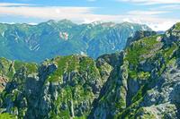 富山県 剣岳支稜と白馬岳(中央奥)遠望