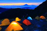 山梨県 北岳肩の小屋テント場と富士山