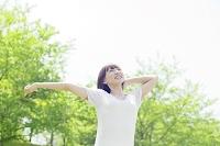 手を伸ばす笑顔の日本人女性