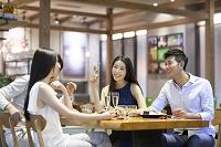 レストランで食事を楽しむ若者グループ