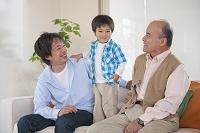 ソファに座る男性3世代親子