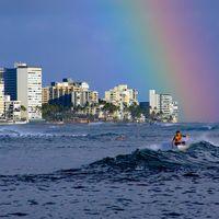 ハワイ 波に乗るサーファー