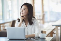 カフェでノートパソコンに向かう日本人女性